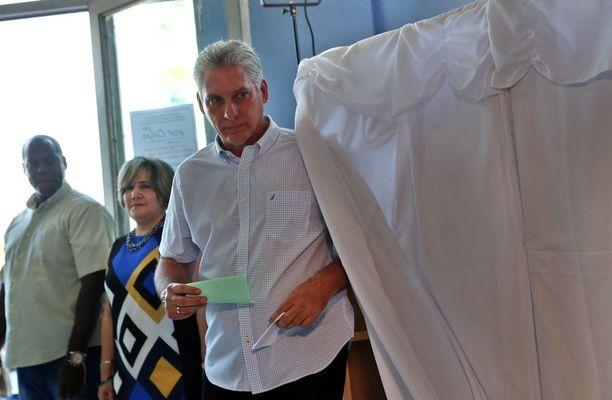 Miguel Diaz-Canel äänestämässä maaliskuussa Santa Clarassa.