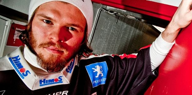 Riku Helenius taistelee Jokereissa pelipaikasta Henrik Karlssonin kanssa.