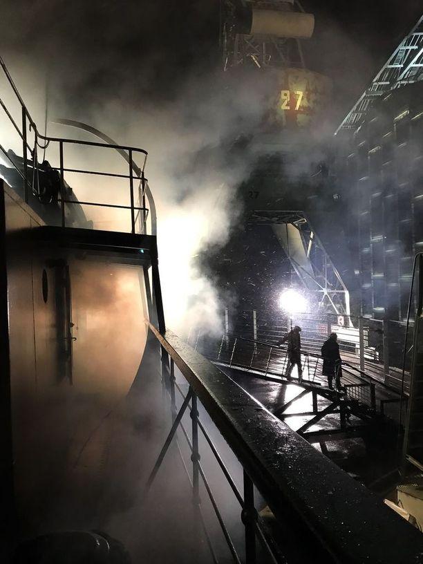 Näyttävät valot ja savut loivat tunnelmaa elokuvaan.