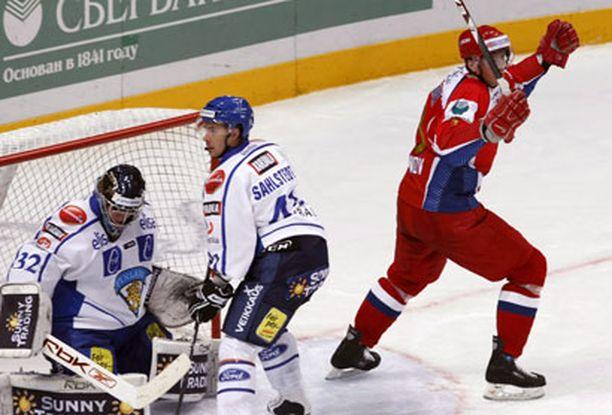 Siellä lepää! Alexei Mihknov juhlii Venäjän maalia.