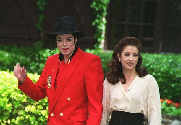 Michael Jackson ja Lisa Marie Presley eivät peitelleet suhdettaan. Kuvassa pariskunta on Michaelin Neverland-kartanon pihamailla vuonna 1995.