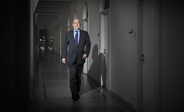 Ulkoministeriön valtiosihteeri Matti Anttonen on työskennellyt esimerkiksi Suomen Moskovan-suurlähettiläänä ja ulkoministeriön itäosaston Venäjän-yksikön päällikkönä. Valtiosihteeriksi Anttonen siirtyi Ruotsista, jossa hän toimi lyhyen aikaa Suomen Tukholman-edustuston päällikkönä.