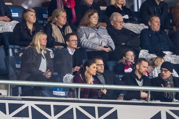 Kruununprinsessa Victoria ja prinssi Daniel seurasivat tiiviisti jalkapallo-ottelua.