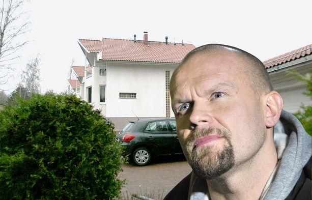 NELIÖHINTA 2853 €. Jääkiekkoilija Jere Karalahden rappusilta voi haistaa meren. Itä-Helsingin Vartioharjussa sijaitseva erillistalo maksaa 545 000 euroa. Asuinpinta-alaa on 191 neliötä.