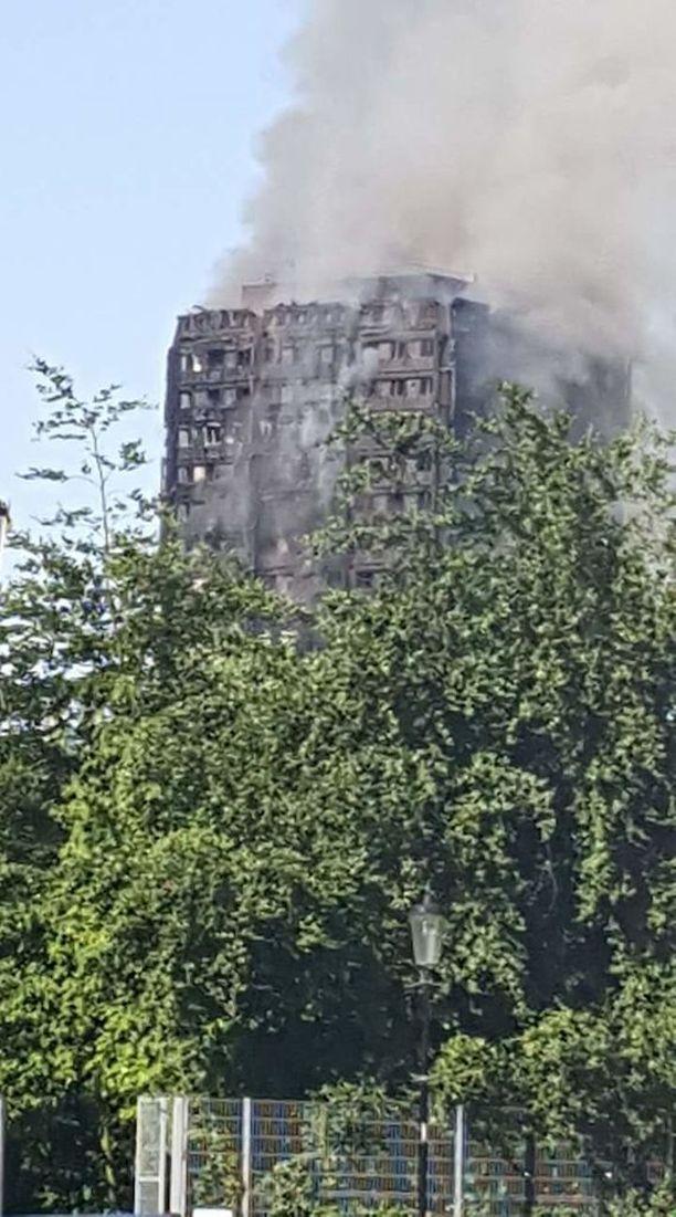 Paikallinen palokunta on kertonut, että tulipalo roihuaa talon toisesta kerroksesta ylimpään 24. kerrokseen.