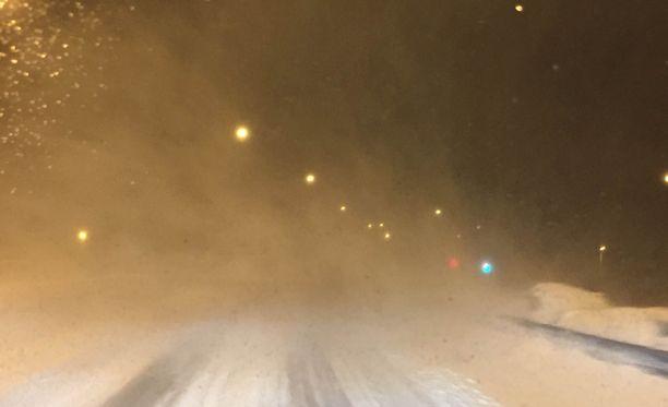 - Ajokeli on huono. Oulun Nallikarissa erittäin kova tuuli puskee mereltä, kuvaili lukija ajo-olosuhteita kello neljältä aamuyöllä.