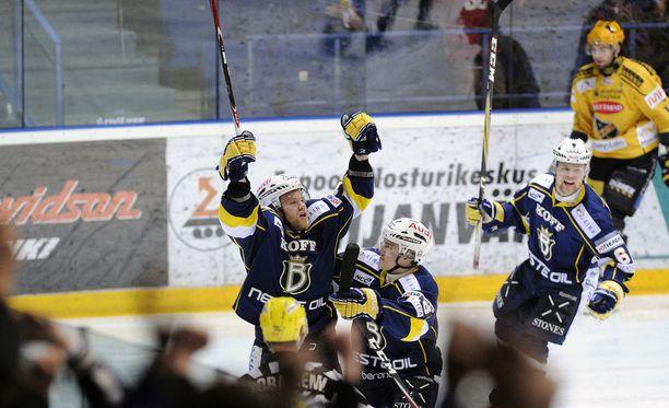 Espoon Blues nujersi KalPan SM-liigan puolivälierissä keväällä 2012 voitoin 4-3, vaikka oli tappiolla voitoin 0-3. Se on ainoa kerta SM-liigan historiassa, kun paras seitsemästä -ottelusarjassa on tapahtunut kyseinen temppu.