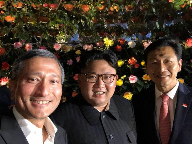 Kimin ja Trumpin tapaaminen muistetaan varmasti pitkälti myös tästä selfiestä, jonka Singaporen ulkoministeri Vivian Balakrishnan (vasemmalla) julkaisi Twitterissä kokouspäivän aattona. Kuvassa myös Singaporen opetusministeri Ong Ye Kung.