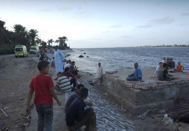 Omaiset odottivat tietoa rakkaistaan Rosettan satamakaupungissa Egyptissä.