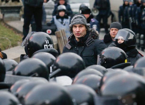 Nyrkkeilyn raskaan sarjan maailmanmestari Vitali Klitshko yritti estää väkivaltaisuuksia asettumalla poliisin ja mellakoitsijoiden väliin.
