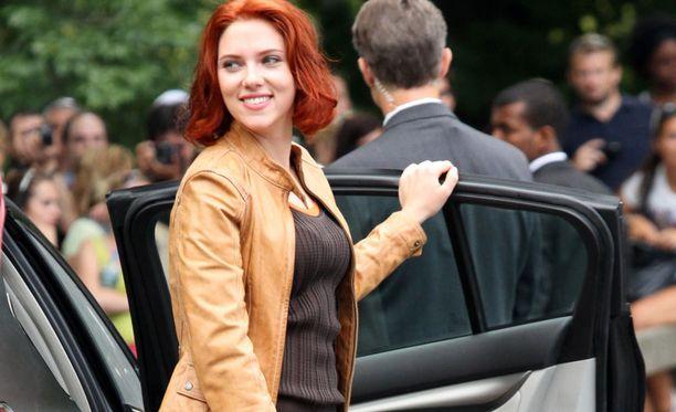 Scarlett ja polkkamallinen punatukka vuonna 2011 The Avengers -elokuvan kuvauksissa.