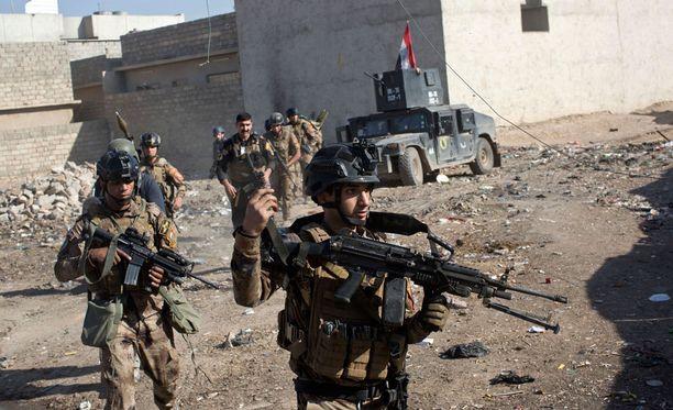 Irakilaisjoukot aloittivat perjantaina etenemisen Mosulin kaupungin laitamilla ja kohtasivat heti kovaa vastarintaa.