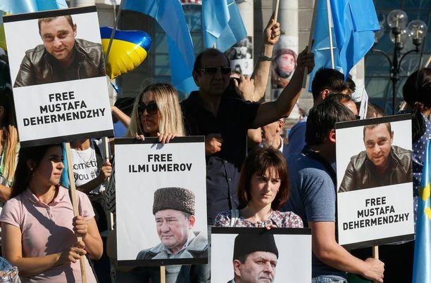 Ukrainalaisaktivistit kannattivat Umerovia ja muita Venäjän vangitsemia Krimin tataareita elokuussa Kiovassa pidetyssä mielenosoituksessa.