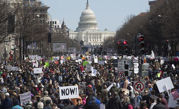 Marssille aseväkivaltaa vastaan osallistui Washingtonissa satoja tuhansia.