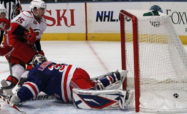 Tuomo Ruutu katsoo aitiopaikalta, kun kiekko lipuu New York Rangersien maalivahdin Henrik Lundqvistin selän taakse.