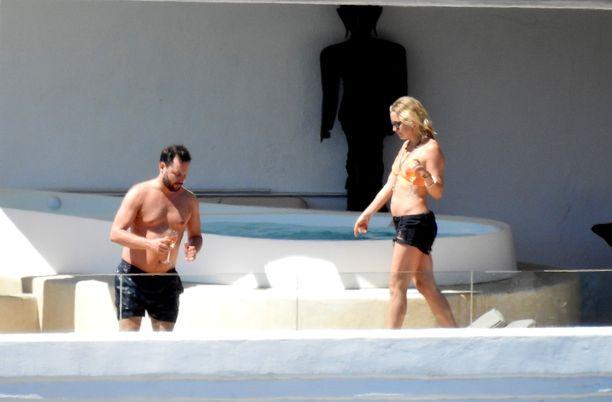 Upeavartaloinen Kate ja Michael nauttivat auringosta.