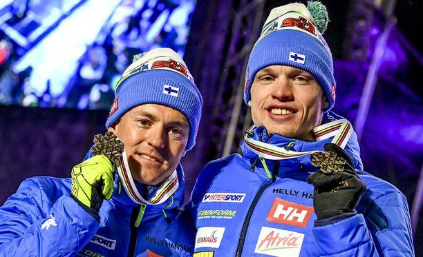 Sami Jauhojärvi (vas.) ja Iivo Niskanen ovat perinteisen hiihtotavan pariviestin erikoismiehiä.