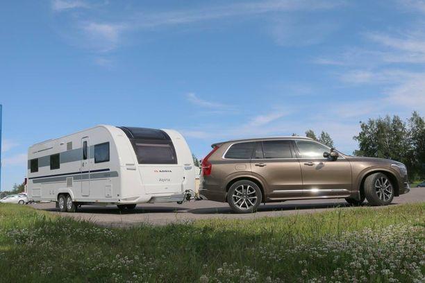 Iso Volvo ja pitkä Adria Alpine ovat komea yhdistelmä. Yhdistelmän hinnalla saisi saisi ainakin sähköttömän rantamökin.