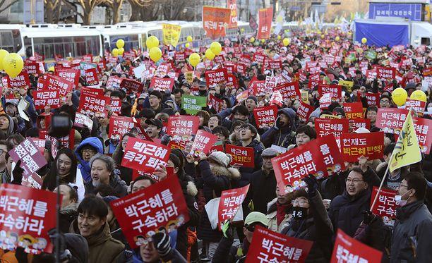 Kansa juhli pääkaupungin Soulin kaduilla, kun presidentti asetettiin syytteeseen.