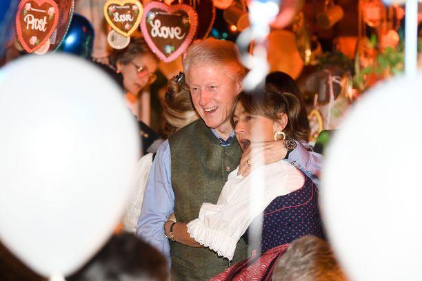 Juhlatuulella ollut BIll Clinton kaappasi tuntemattomaksi jääneen naisen kainaloonsa ja poseerasi hyväntuulisesti kameroille.