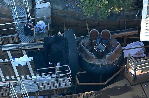 Viranomaiset tutkivat onnettomuuspaikkaa turman jälkeen lokakuun 25. päivä.