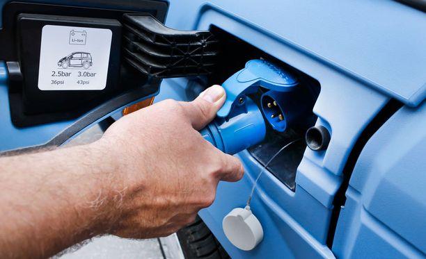 Sähköautojen hankintaa Suomessa hidastavat kalleus ja pitkät ajomatkat.