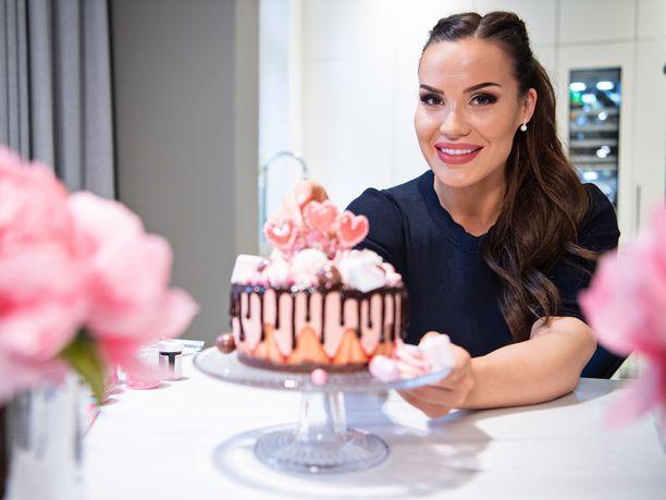 Mailis Penttilä leipoi kakkuja ja muita herkkuja asunnottomille Asunnottomien yö -tapahtumaa varten.