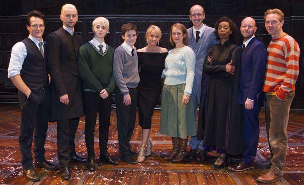 Harry Potter -kirjailija J. K. Rowling kuvassa keskellä näytelmän gaalaensi-illassa heinäkuussa.