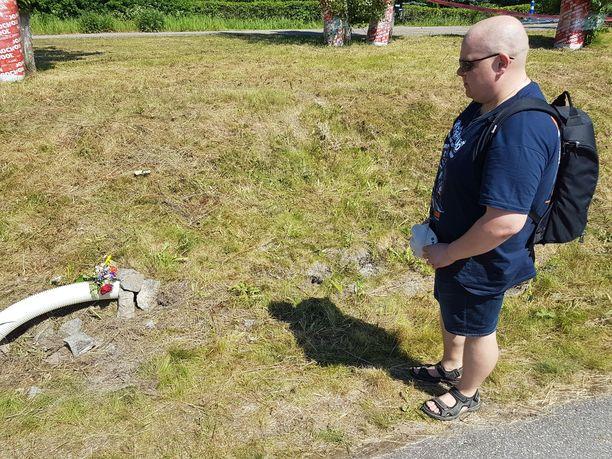 Imatralainen Antti Pajari vietti hiljaisen hetken kuolleen kuljettajan onnettomuuspaikalla.