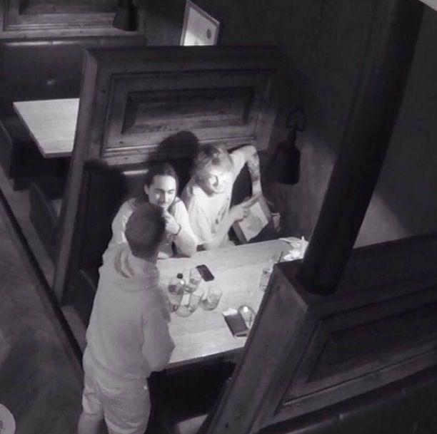 """Kasvot kameraan päin olevat miehet saivat sosiaalisessa mediassa lempinimet """"Salvador Dali"""" ja """"Owen Wilson"""". Selkä kohti kameraa olevaa miestä, joka taulun vei, ei ole tavoitettu."""