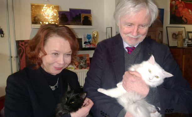 Ulkoministeri Erkki Tuomioja sai syliinsä sisarruksista Lumi-kissan, Kulttuuri- ja asuntoministeri Pia Viitanen kantoi Piki-sisarta. Kissat ovat iältään kahdeksan kuukautta vanhoja.