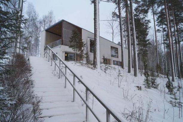 Tämä omakotitalo oheisrakennuksineen sijaitsee hiekkarantatontilla Kivijärven rannalla Luumäellä.