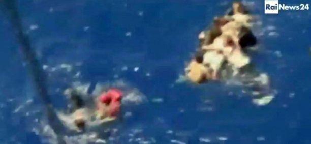 Kuvasta erottuu vedessä oleva ihmisiä.