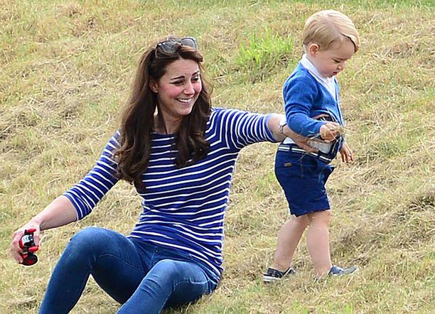 Pikkuprinssi innostui leikkimään ruohotupoilla.