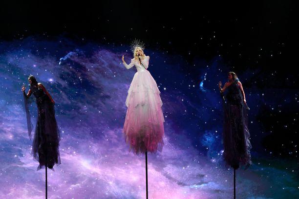 Esitys näyttää enemmän musiikkivideolta kuin lavaesitykseltä.