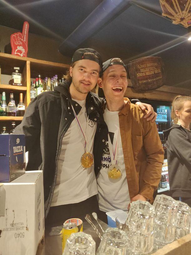 Oliwer Kaski ja Kevin Lankinen jatkoivat kultajuhlintaa näin riemukkaissa tunnelmissa.