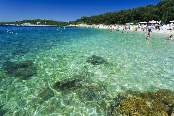 Pulan rannoilla voi nautiskella kirkkaista uimavesistä.