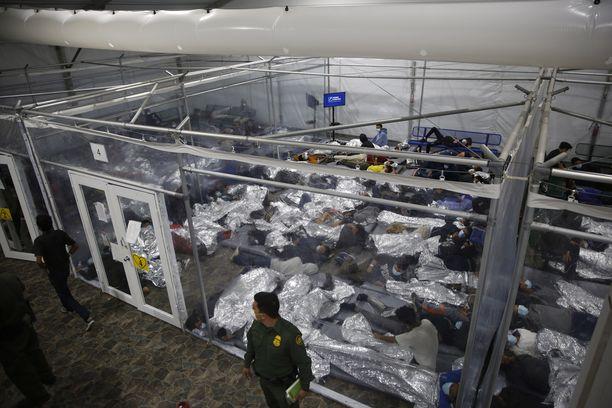 """Mediaa päästettiin maaliskuun lopulla Texasin Donnan täpötäyteen siirtolaiskeskukseen, jossa siirtolaislapsia on eroteltu """"huoneisiin"""" muovisin seinin."""