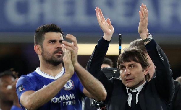 Diego Costa (vas.) ja manageri Antonio Conte taittavat peistä.