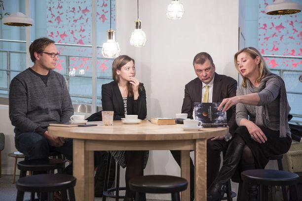 """Vasemmistoliiton puheenjohtajan Li Anderssonin mukaan Ruotsissa on kokeiltu onnistuneesti kuusituntista työpäivää niin yksityisellä sektorilla kuin kunnallisessa vanhustenhuollossakin. EK:n työelämäasioista vastaavan johtajan Ilkka Oksalan mukaan Suomi loistaa EU-vertailuissa """"valitettavasti toisessa päässä, lyhyempien työpäivien päässä""""."""