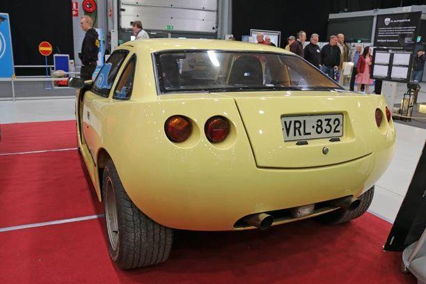 Takapään tuplavalot ovat kuin Corvettessa, mutta kattokaaren muoto on Opel Mantasta.