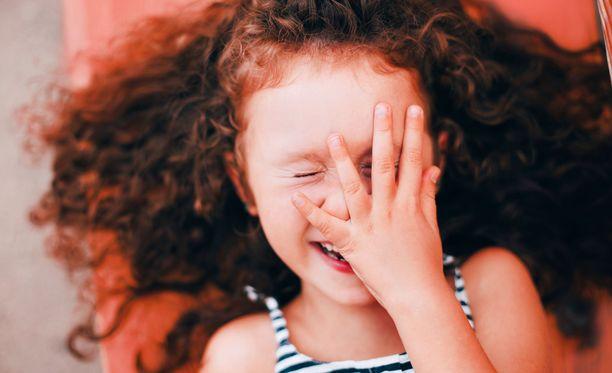 Pikkutyttö letkautti niin, että aikuisilta meni kaffet nenään. Kuvituskuva.