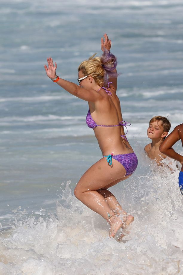 Britney innostui hyppimään aaltoihin poikiensa kanssa.