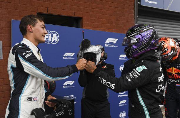 George Russell ja Lewis Hamilton paiskasivat kättä aika-ajojen jälkeen.