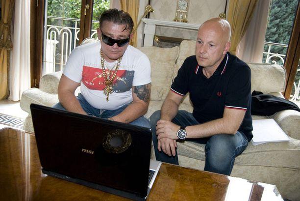 Expressenin toimittaja Michael Syrén pääsi viime kesäkuussa katsomaan Markovicin kannettavalta tietokoneelta kiusallista kuvaa kuninkaasta. Markovic on jo aikaisemmin näyttänyt toimittajille muita vastaavia kuvia.