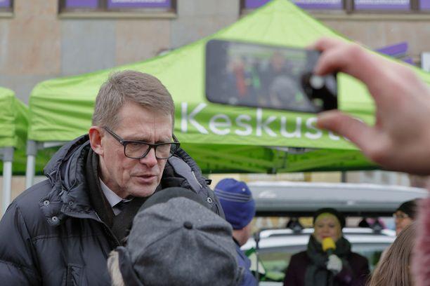 Keskustan presidenttiehdokkaan Matti Vanhasen kannatus oli Alma Median tutkimuksessa viisi prosenttia. Keskustan puoluesihteeri Jouni Ovaskan mukaan omat ovat palanneet Vanhasen taakse, mikä tulee näkymään Vanhasen vaalituloksessa.