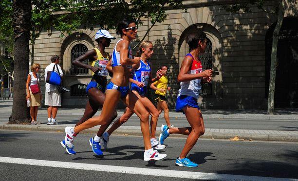 Isabellah Andersson (vas.) juoksi maratonin EM-pronssia vuonna 2010.