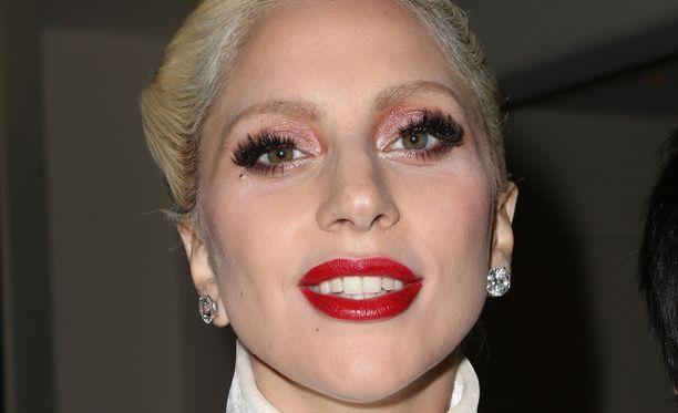 Laulaja edusti Oscar-tilaisuuden ennakkojuhlissa.