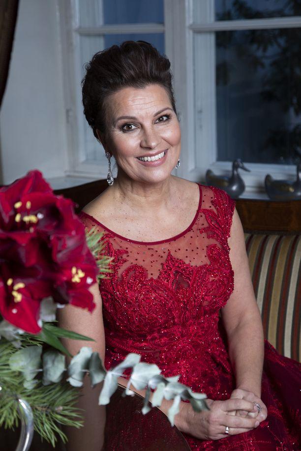 Laulaja Arja Koriseva rauhoittuu joulunviettoon perheensä kanssa.