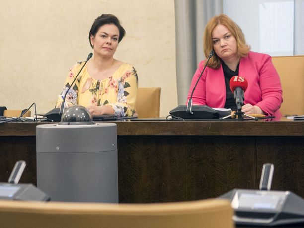 Sosiaali- ja terveysvaliokunnan varapuheenjohtaja Hannakaisa Heikkinen (kesk, vas.) ja puheenjohtaja Krista Kiuru (sd, oik.) eivät tule ykköshyvin toimeen keskenään. Keskusta haluaakin laittaa sote-uudistuksen kaatumisen Kiurun piikkiin,
